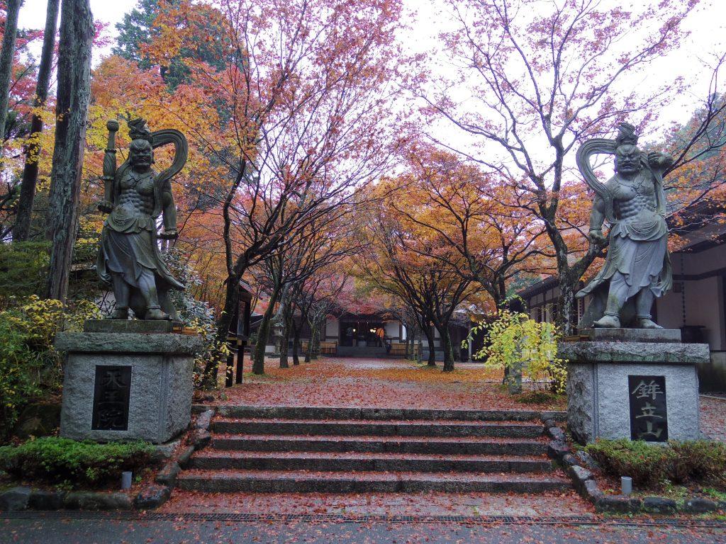 呑山観音寺本堂前