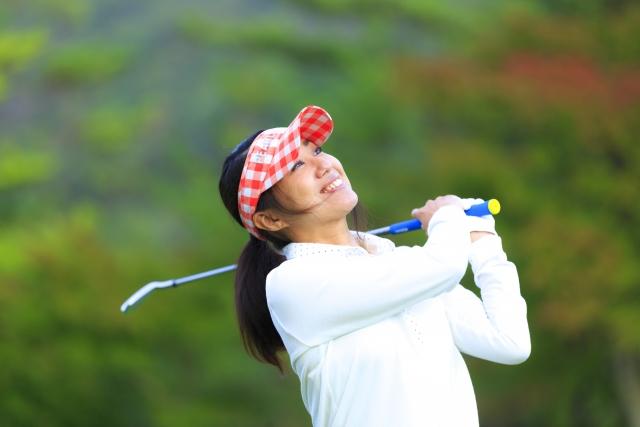 女性ゴルフのショット