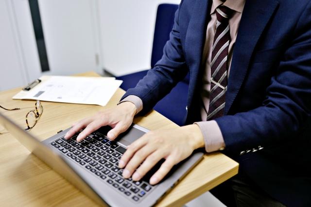 ノートPCを打つ男性
