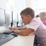 パソコンを触る子供